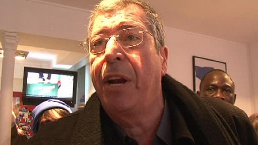 En colère, Patrick Balkany pique la caméra de BFMTV dans sa permanence de Levallois