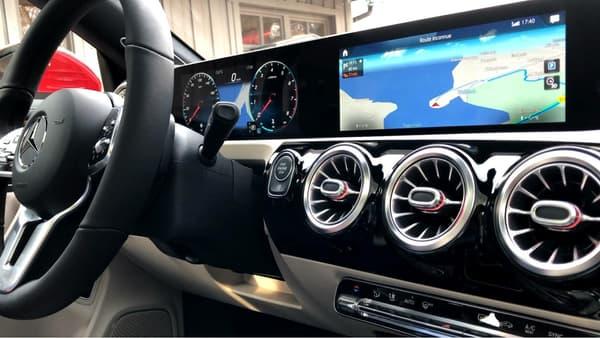 A l'intérieur de la nouvelle CLA, on retrouve la nouvelle interface Mercedes associant compteurs numériques et écran pour l'infodivertissement.