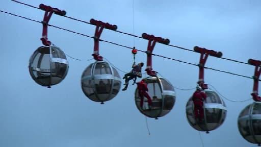 """Les sauveteurs à l'approche des """"bulles"""" qui montent au quartier de la Bastille, dimanche soir, à Grenoble dans l'Isère."""