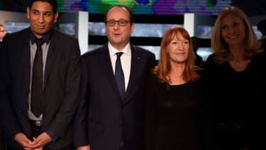 François Hollande avec les Français qui l'ont interrogé sur TF1. Joëlle Mediavilla est à la gauche du président, soit la deuxième personne en partant de la droite.