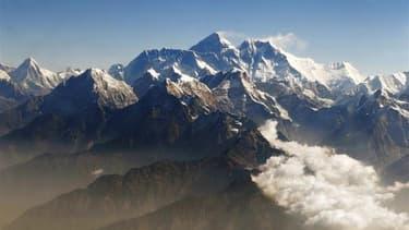 Le Népal a lancé mercredi un appel à une aide financière et technique internationale pour clore la polémique l'opposant de longue date au grand voisin chinois sur la hauteur exacte du mont Everest (au centre). Les Népalais se réfèrent à une mesure effectu
