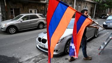Un Arménien défile avec le drapeau de son pays à Erevan, le 4 octobre 2020