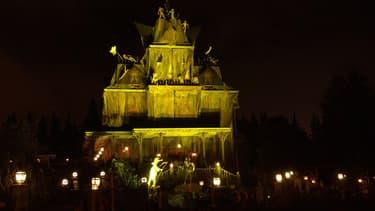 La maison hantée s'illumine, le 01 novembre 2002 à Marne-la-Vallée lors de la soirée Halloween du parc Eurodisney.