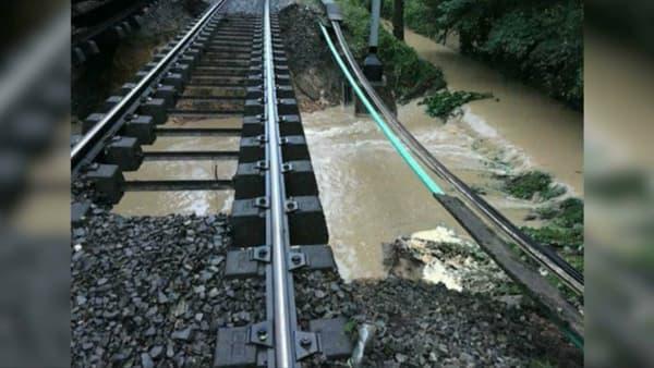 Un talus s'est affaissé sous la voie du RER.