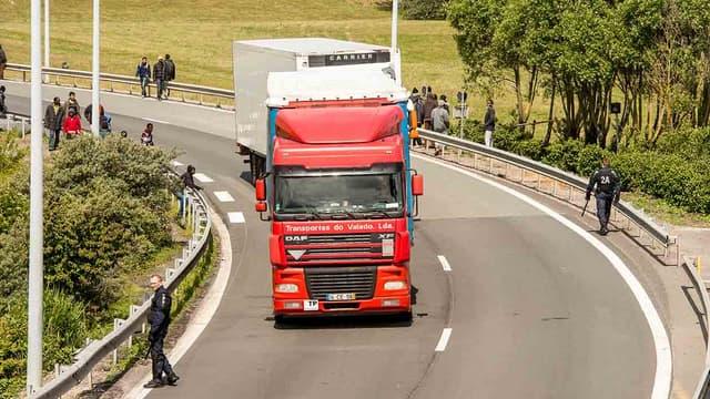 Une migrante a été tuée, dans la nuit de mercredi à jeudi, après avoir été percutée par une voiture sur l'A16, non loin du Tunnel sous la Manche à Calais. (Photo d'illustration)