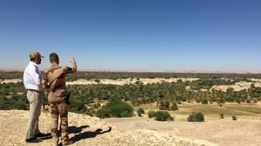 Le Premier ministre français Jean Castex discute avec un soldat français déployé à Faya-Largeau, au Tchad, le 1er janvier 2021.