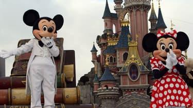Euro Disney, filiale de Disney qui détient Disneyland Paris, va toucher un milliard d'argent frais pour combler ses pertes et lutter contre la baisse du trafic du parc d'attraction.
