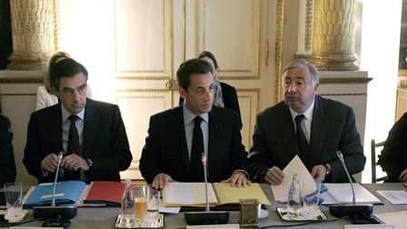Nicolas Sarkozy entouré du Premier ministre François Fillon (à gauche) et du président du Sénat Gérard Larchet (à droite). Lors de la deuxième conférence nationale sur les déficits, le chef de l'Etat a annoncé son intention d'inscrire dans la Constitution
