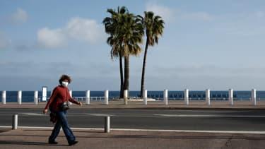 Une femme masquée sur la promenade des Anglais, à Nice (Alpes-Maritimes) durant le premier confinement, le 18 avril 2020.