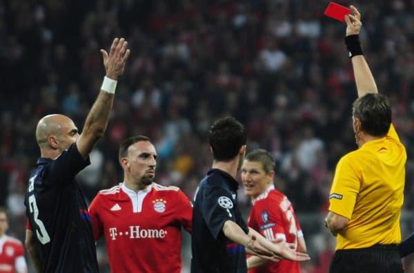 Franck Ribéry (en rouge, de face) reçoit un carton rouge lors du match aller de la demi-finale de Ligue des champions entre Lyon et le Bayern Munich en 2010