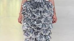 """A l'avant-dernier jour des défilés parisiens de prêt-à-porter printemps-été 2012, la styliste Sarah Burton a présenté sa troisième collection pour Alexander McQueen, sous les verrières du """"104"""", les anciennes pompes funèbres de Paris transformées en centr"""