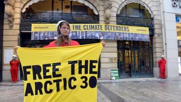 Une dizaine de militants de Greenpeace manifestent à Paris devant le siège de Gazprom pour la libération des militants Greenpeace en Russie