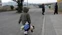 Un enfant et ses parents quittant leur domicile après qu'une réplique de magnitude 6,6 a frappé la ville de Concepcion. Une série de fortes répliques a secoué vendredi le centre-sud du Chili, provoquant des scènes de panique une semaine après l'un des séi