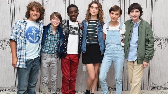 Le casting de Stranger Things, une des séries à la fois produites et diffusées par Netflix.