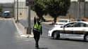 Une policière israélienne à un checkpoint entre Jérusalem et la Cisjordanie après l'attaque au couteau d'une Palestinienne sur une femme soldat israélienne le 29 juin 2015.