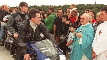 Le prêtre Louis Prévoteau, en vert à droite, bénissant des motards en 1999.