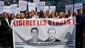 Lors d'une manifestation à Paris. Le ministre de la Défense, Hervé Morin, a dit à Kaboul espérer recevoir prochainement des preuves de vie des deux journalistes français enlevés il y a près de six mois en Afghanistan. /Photo prise le 28 mai 2010/REUTERS/P