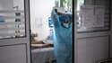 Un médecin s'occupe d'un patient atteint d'une forme grave du Covid-19 à l'hôpital Lyon-Sud en avril 2021.