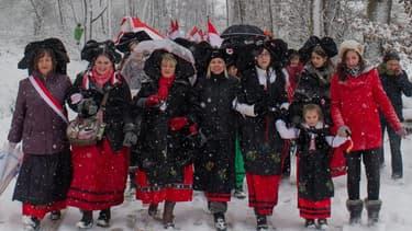 Des Alsaciennes en costume traditionnel défilent en décembre 2014 contre le projet de redécoupage des régions