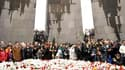 Des milliers de personnes réunies sur une colline de la capitale arménienne pour déposer des tulipes rouges et des oeillets blancs au pied d'un monument aux morts. L'Arménie a célébré samedi le 95e anniversaire du début des massacres d'Arméniens commis pa