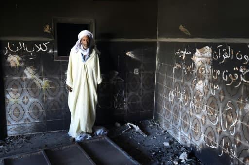 Un habitant regarde sa maison endommagée lors de heurts entre Arabes et Berbères, à Guerara le 9 juillet 2015