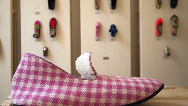 Environ 300.000 paires de charentaise sont fabriquées chaque année par six entreprises qui emploient 210 personnes.