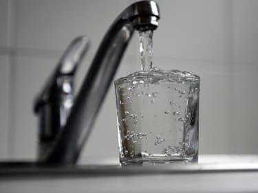 Le verre d'eau du robinet est deux cents fois meilleur marché que le verre d'eau tiré de l'eau en bouteille.