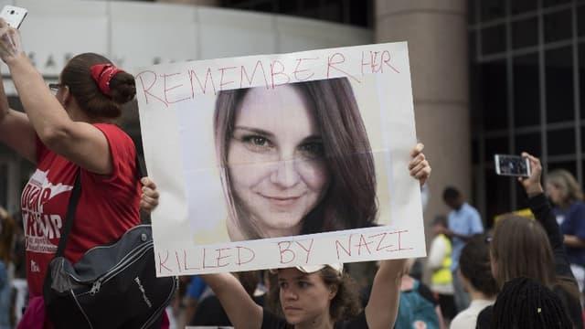 Une manifestante brandit une pancarte à l'effigie d'Heather Heyer morte lors des violences de Charlottesville, le 14 août 2017
