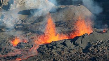 De la lave coulant du piton de la Fournaise, lors de l'éruption du volcan, le 25 août 2015. (Photo d'illustration)