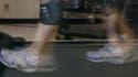 Des scientifiques britanniques ont mis au point un dispositif qui convertit le mouvement du corps en électricité, afin d'alimenter de petits appareils électroniques comme des GPS ou des pacemakers. /Photo d'archives/REUTERS/Andy Clark
