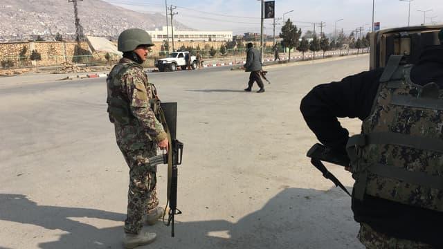 Les forces de sécurité afghanes près du site de l'attaque à Kaboul, le 18 décembre 2017.
