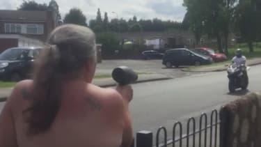 Jean Brooks brandi son sèche-cheveux comme un radar mobile pour faire ralentir les automobilistes devant chez elle.