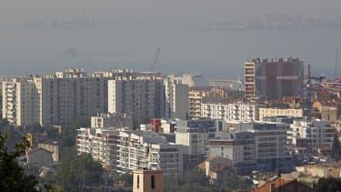 Les prix de l'immobilier résidentiel devraient baisser de 5% cette année en France et à nouveau de 5% l'an prochain, selon les prévisions des économistes de l'agence de notation Standard & Poor's. /Photo d'archives/REUTERS/Jean-Paul Pélissier