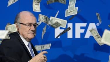 Le président Sepp Blatter, aspergé de faux billets par un comédien dénonçant la corruption