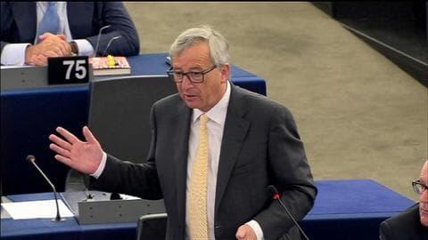 """""""Je suis en texting"""" avec Tsipras, s'énerve Juncker devant les eurodéputés"""