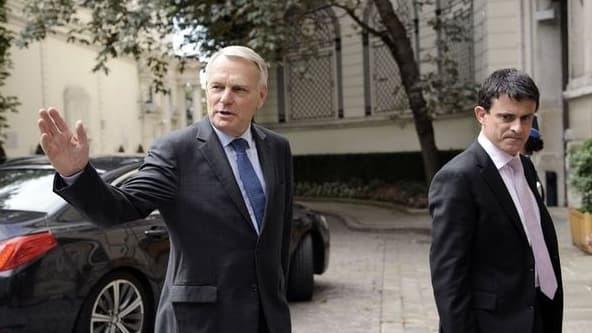 Valls et Ayrault devant Matignon