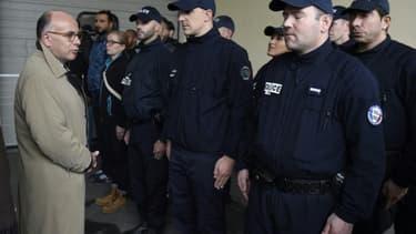 Le ministre de l'Intérieur Bernard Cazeneuve rencontre des policiers le 5 octobre 2015 à Saint-Ouen, dans la banlieue de Paris