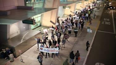 Des manifestants à l'aéroport de San Diego le 6 mars 2017