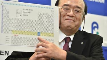 Kosuke Morita, le leader de l'équipe de l'institut Riken, arbore un sourire alors qu'il montre le tableau périodique complété avec le nouvel élément 113, lors d'une conférence de presse à Wako, au Japon, le 31 décembre 2015.