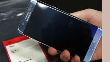 Un téléphone portable de la marque Samsung (J5 sur la photo) a brûlé entre les mains d'un enfant, ce dimanche soir à Pau. Sa batterie a par la suite explosé. (Photo d'illustration)