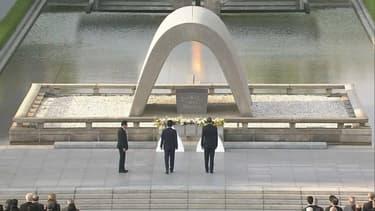 Barack Obama a déposé une gerbe de fleurs sur le mémorial des vitimes.