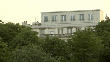 Les fenêtres du dernier étage de l'ambassade des Etats-Unis à Paris ne sont en fait qu'une bâche peinte en trompe l'oeil.