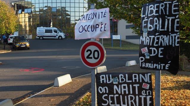 Des panneaux dénonçant la fermeture de la maternité du Blanc, dans l'Indre, en octobre 2018