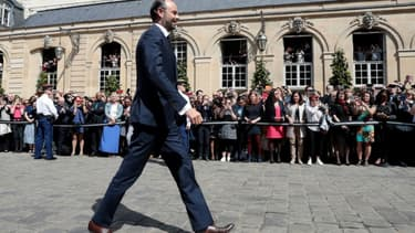 Le nouveau Premier ministre Edouard Philippe arrive à l'Hôtel Matignon pour la passation avec son prédécesseur Bernard Cazeneuve, le 15 mai 2017 à Paris