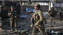 Soldats des forces afghanes et internationales sécurisant les lieux de l'attentat à Jalalabad, mardi matin.