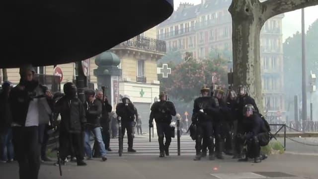 Les CRS font face à la caméra de Joël Labat, le 17 mai 2016 à Paris.