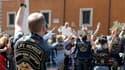 Le pape François a béni dimanche un rassemblement de plusieurs centaines de fans de Harley-Davidson venus à moto place Saint-Pierre assister à la messe hebdomadaire en plein air. /Photo prise le 16 juin 2013/REUTERS/Stefano Rellandini