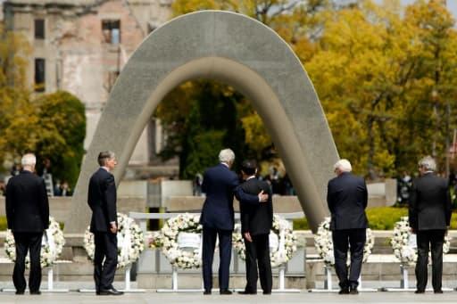 John Kerry et Fumio Kishida devant le cénotaphe qui abrite les noms des victimes du bombardement atomique, le 11 avril 2016 à Hiroshima