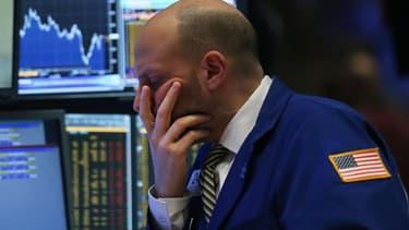 Wall Street poursuit l'année sur une tendance franchement négative et suscite des inquiétudes, alors que l'économie américaine donne pourtant des signes de solidité.