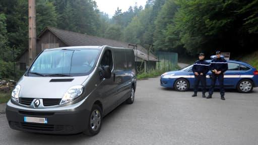Des gendarmes sur les lieux de la tuerie, le 6 septembre 2012, deux jours après le drame.